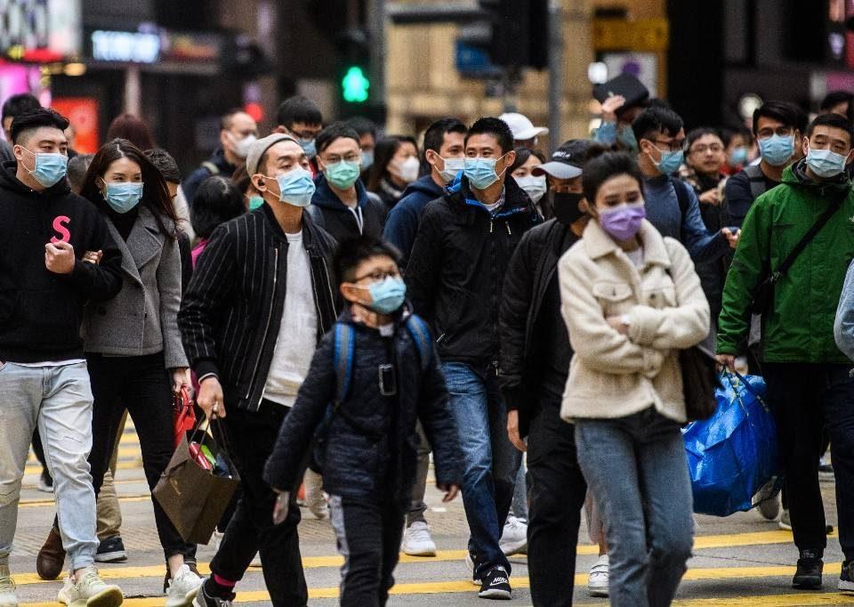 Personas usando tapabocas en las calles de China por riesgo de coronavirus