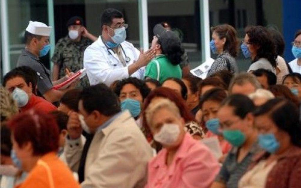 Médicos examinando a personas