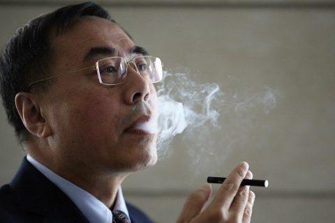 El doctor Hon Lik exhalando el humo de un cigarro