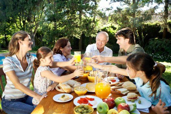 Familia disfrutando junta de un picnic